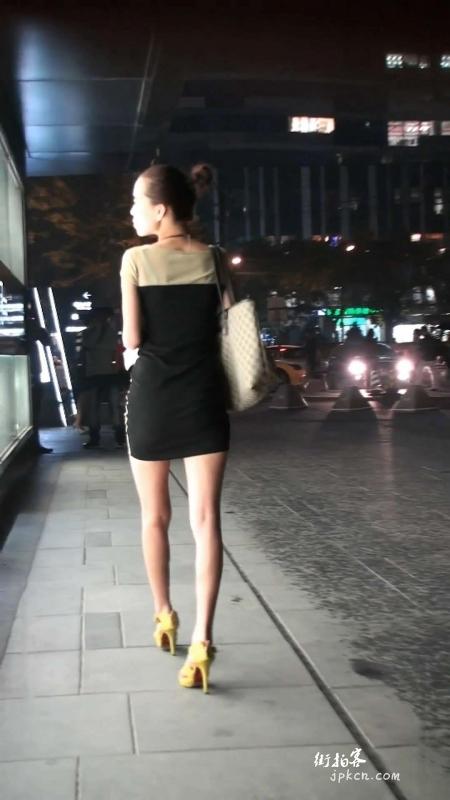 裸腿高跟独自散步