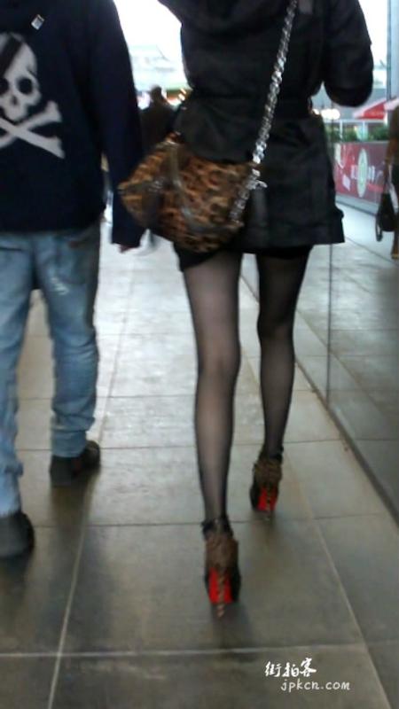 街拍黑丝豹纹高跟鞋长腿美女